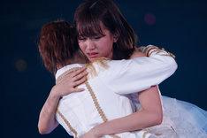 メンバーと抱擁を交わす前田敦子(写真は8月26日公演より)。 (C)AKS