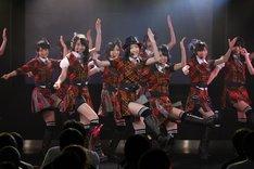 新曲「キスだって左利き」を披露するSKE48。 (C)AKS