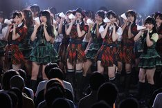 「仲間の歌」を歌唱するSKE48。 (C)AKS
