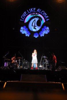 メインステージ背面には「Love Like Aloha」のロゴが設置され、曲に合わせてさまざまな色に点灯した。