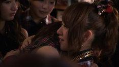 8月27日、東京・AKB48劇場で行われた卒業公演直後の楽屋にて、涙の抱擁を交わす前田敦子と高橋みなみ。(C)テレビ朝日