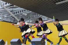 写真は本日の名古屋近鉄パッセ公演より。新曲「ザ・スターダストボウリング」を披露するチームしゃちほこ。