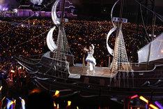 全長12mの巨大船「ユニオンスター号」で会場を旋回する水樹奈々(写真:上飯坂一)。