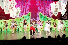 写真は乃木坂46「16人のプリンシパル」の9月9日第2公演より、第2幕の様子。