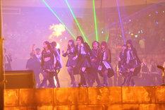 新曲「UZA」を披露するAKB48新選抜メンバー。