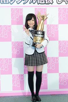 優勝トロフィーを手にした島崎遥香。