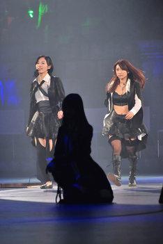 新曲「UZA」でセンターポジションを務める松井珠理奈、大島優子(写真左から)。