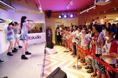 会場に集った女子中高生に、ダンスをレクチャーするDancing Dolls。