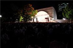 ライブ中の代々木公園野外ステージの全景。