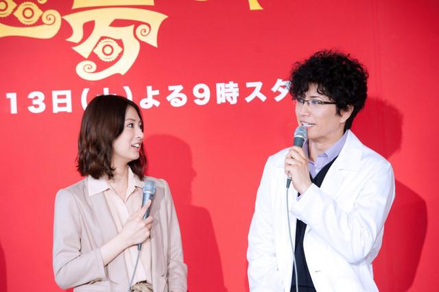 絶妙な関係性を演じる北川景子(写真左)とGACKT(右)。