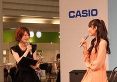 司会の浅利そのみ(写真左)と松井咲子(右)。