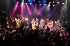 """7組の男性アーティストが傳田真央を囲んだ「傳田真央""""MENZ Collaboration""""Special Live ~今宵はMENZとコラボです~」アンコールの様子。"""