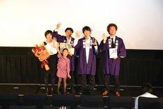 「第25回東京国際映画祭」受賞式の模様。左からGOMAの妻と娘、GOMA、監督の松江哲明、プロデューサーの高根順次。