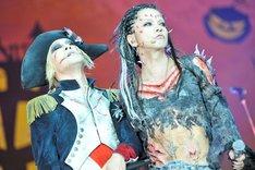 「LA VIE EN ROSE」を歌うkyoとHYDE。(撮影:今元秀明、田中和子)
