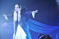 圧倒的な歌声と麗しい仮装で観客を魅了したHYDE。(撮影:今元秀明、田中和子)