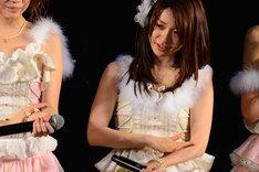 感涙する大島優子。 (C)AKS