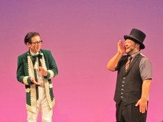 写真は「54世誕生記念 髭男爵単独舞踏会『百夏』」の様子。ゴキゲンな山田ルイ53世(右)。
