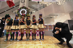 想定外の13冠獲得にうなだれるチームしゃちほこ店長、長谷川マネージャー(写真右端)。