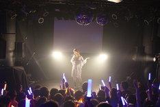 「ハピこしライブ!~小松未可子生誕イベント2012~」のライブの模様。