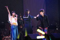 ステージと並行してストーリーを展開していた谷川菜奈(写真中央)は玉井詩織(左)のソロ「少女人形」の最中に男装した高城れに(右)に愛を告白。