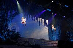 ブランコに乗って登場した鈴木裕乃(左)&安本彩花(右)ユニット。
