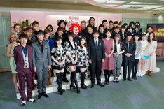 司会の安住紳一郎アナウンサー、新垣結衣と各賞を受賞したアーティストたち。