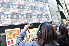 渋谷でARライブを楽しむオーディエンス。