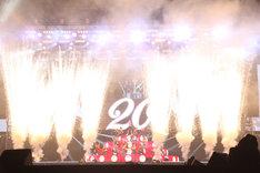 公演中最もダイナミックな演出となった、「Let′s Go」が終わる瞬間の特効。