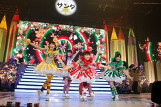 「ももいろクリスマス2012~さいたまスーパーアリーナ大会~」の様子(Photo by Hajime Kamiiisaka)。