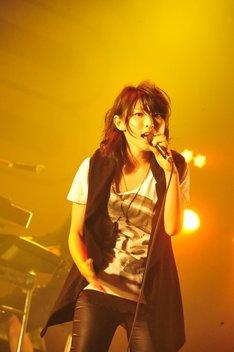家入レオ「COUNTDOWN JAPAN 12/13」のライブの模様。
