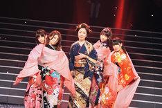 リハーサル中の伍代夏子と島崎遥香、大島優子、柏木由紀、横山由依(AKB48)。