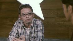 奥田民生(写真左)が妻夫木聡(写真右)に大人としてのさまざまな話を披露する。