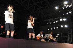 「渋谷ブルース」を歌唱する高山一実、白石麻衣(写真左から)。