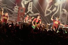 「狩りから稲作へ」を歌ういとうせいこう、池田貴史、シャカッチ(写真左から)。