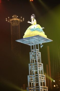 約10mの塔の上から登場し、オープニングから観客の度肝を抜いた水樹奈々(撮影:上飯坂一)。