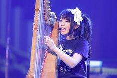 約2万7000人の観客と向かい合い、たった1人で歌と演奏を披露した水樹奈々(撮影:上飯坂一)。