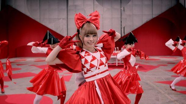 「きゃりーぱみゅぱみゅーじあむ」展示衣装例の「ふりそでーしょん」ビデオクリップ使用衣装。