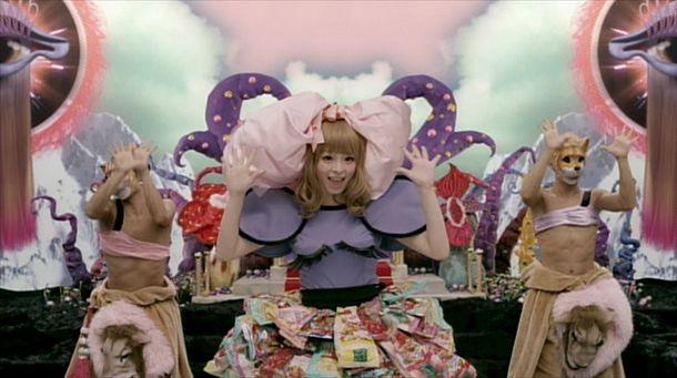 「きゃりーぱみゅぱみゅーじあむ」展示衣装例の「つけまつける」ビデオクリップ使用衣装。