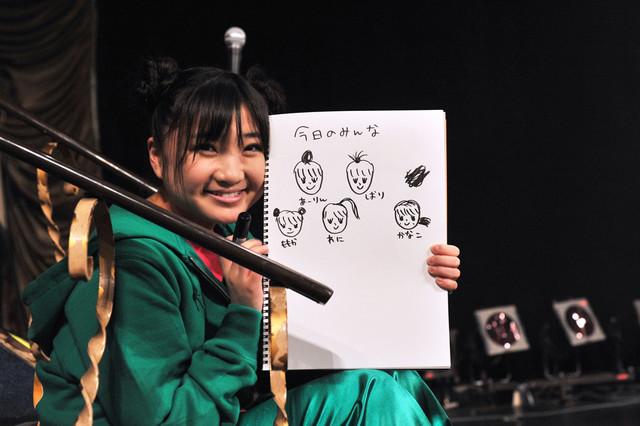 本番前のリハーサル中に「今日のみんな」を描いた有安杏果。