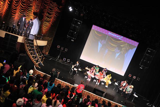 第7戦「ももクロ VS. 浅草」より。サイドステージではベテラン浅草芸人の漫才やネタが次々と披露された。