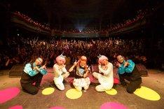 きゃりーぱみゅぱみゅ「100%KPP WORLD TOUR 2013」パリ公演の様子。(撮影:石井亜希)