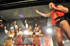 「1、2、3、乙女新党、ダーッ!」と叫ぶ乙女新党とアントキの猪木。