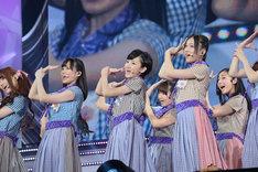デビュー曲「ぐるぐるカーテン」をパフォーマンスする乃木坂46。