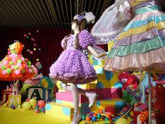 きゃりーぱみゅぱみゅの歴代の衣装が展示された場内。