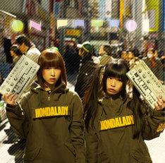 HONDALADY「ON PATROL」ジャケット。写真のモデルは左から、いっちー、けちょん。