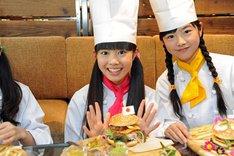 ハンバーガーを完成させた田口華。