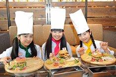 完成したハンバーガーを披露するミニパティの菊地最愛、田口華、水野由結(左から)。