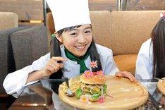 ハンバーガーを完成させた菊地最愛。