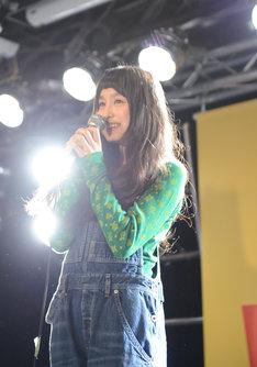 メジャーデビューを発表するトミタ栞。