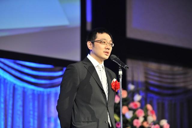 「宇宙兄弟プロジェクト」が「デジタル・コンテンツ・オブ・ジ・イヤー'12 / 第18回AMDアワード」優秀賞を受賞し、スピーチをする株式会社コルクの佐渡島庸平。